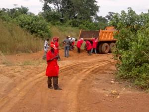 Les cantonniers d'une entreprise encadrée par I.S.CO. à l'Equateur en train d'effectuer une opération de rechargement