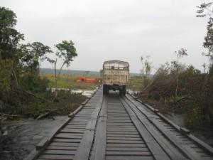 Pont sur la Kwenge, reliant le territoire de Kahemba avec Panzi (territoire de Kasongo Lunda), d'une portée de 72 mètres linéaires, avec infrastructure en piles canadiennes